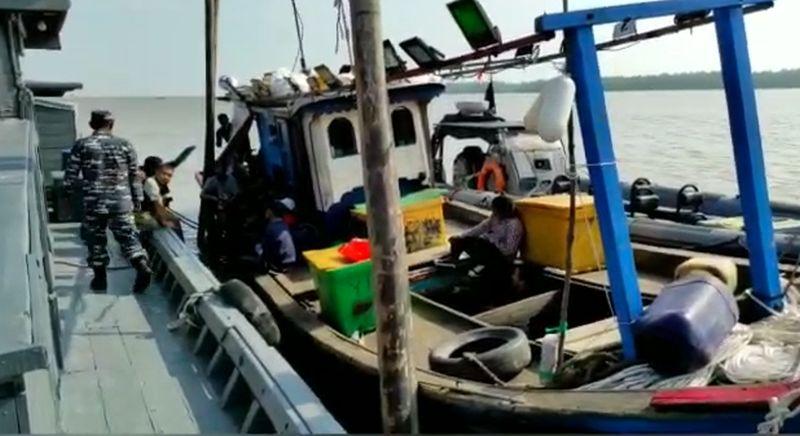 https: img.okezone.com content 2021 02 22 337 2366096 selundupkan-28-tki-ilegal-ke-malaysia-kapal-cumi-ditangkap-tni-al-I5Xmfg4oxp.jpg