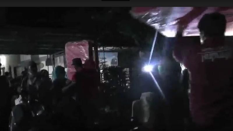 https: img.okezone.com content 2021 02 22 338 2365963 mengungsi-pada-dini-hari-warga-korban-banjir-bekasi-keluar-dari-rumah-gunakan-pohon-pisang-9pmdyoCuVa.jpg