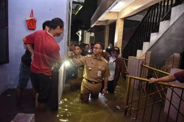 https: img.okezone.com content 2021 02 22 338 2366198 aniesngapainaja-ramai-di-twitter-netizen-ingatkan-banjir-akibat-ulah-manusia-BkeUWVVjFv.jpg
