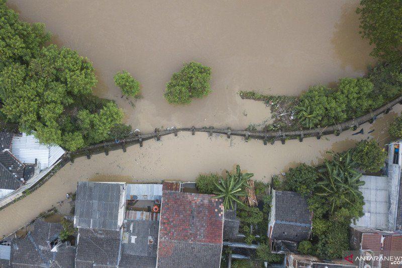 https: img.okezone.com content 2021 02 22 338 2366450 selain-hujan-deras-penyebab-banjir-jakarta-bekasi-karena-4-tanggul-jebol-G7DEeoDw5v.jpg