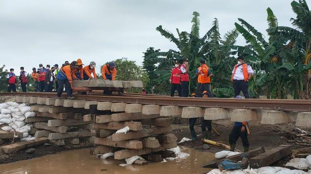 https: img.okezone.com content 2021 02 22 338 2366524 banjir-di-bekasi-surut-jalur-kereta-api-lintas-utara-jawa-kebut-perbaikan-61HmGS5KuM.jfif