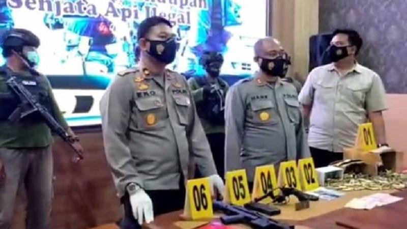 https: img.okezone.com content 2021 02 22 340 2365978 2-oknum-polisi-ditangkap-polda-maluku-diduga-jual-senpi-ke-kelompok-kriminal-bersenjata-hG1BPf9M1E.jpg