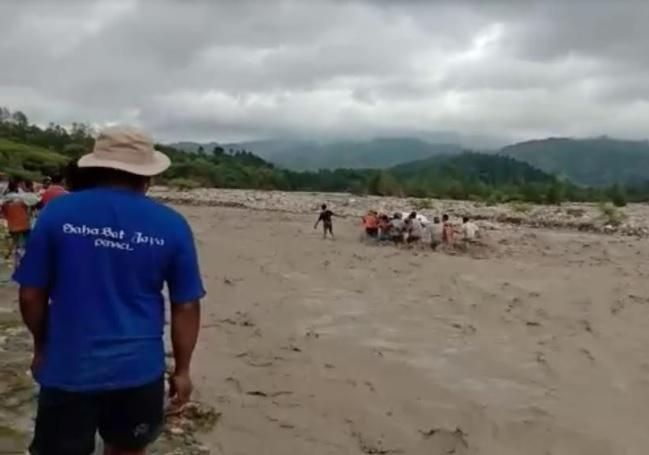 https: img.okezone.com content 2021 02 22 340 2366033 viral-terjebak-banjir-besar-warga-nekat-gotong-jenazah-tokoh-adat-A5t6FtppBm.jpg