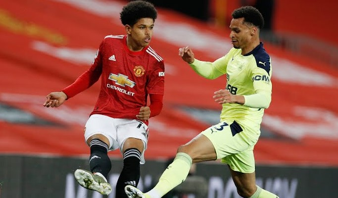 https: img.okezone.com content 2021 02 22 45 2366050 talenta-muda-man-united-shola-shoretire-jalani-debut-lawan-newcastle-united-ANNlpBouyA.jpg