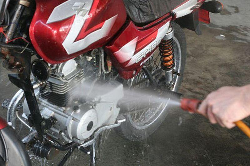 https: img.okezone.com content 2021 02 22 455 2366244 kiat-sukses-bisnis-cuci-motor-dan-mobil-di-tengah-musim-hujan-PvT7AnKuGZ.jpg