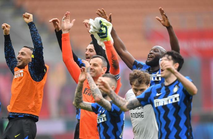 https: img.okezone.com content 2021 02 22 47 2366169 unggul-11-angka-dari-juventus-penantian-inter-milan-akan-trofi-liga-italia-berakhir-dOwaI0TAMM.jpg