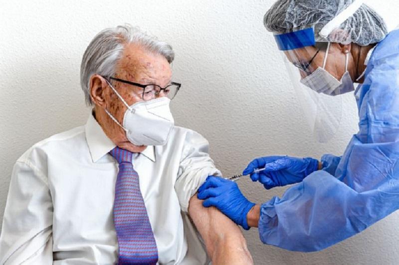 https: img.okezone.com content 2021 02 22 481 2366461 kemenkes-sebut-tak-ada-efek-samping-serius-vaksinasi-covid-19-QXzE65Hva7.jpg