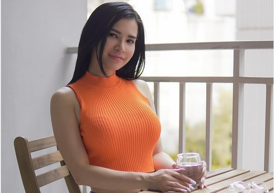https: img.okezone.com content 2021 02 22 51 2366130 maria-vania-dan-wika-salim-sama-sama-kenakan-tanktop-hitam-di-mobil-seksi-mana-WbBKGI4DX1.jpg