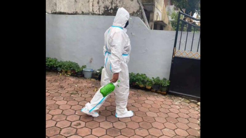 https: img.okezone.com content 2021 02 22 519 2366465 menyamar-sebagai-petugas-penyemprot-disinfektan-pencuri-kuras-harta-keluarga-jenazah-covid-19-FqKC9VUcU6.jpg