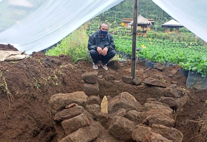 https: img.okezone.com content 2021 02 22 519 2366495 warga-lereng-gunung-bromo-temukan-situs-purbakala-di-kebun-Egg7QB1ROe.jpg