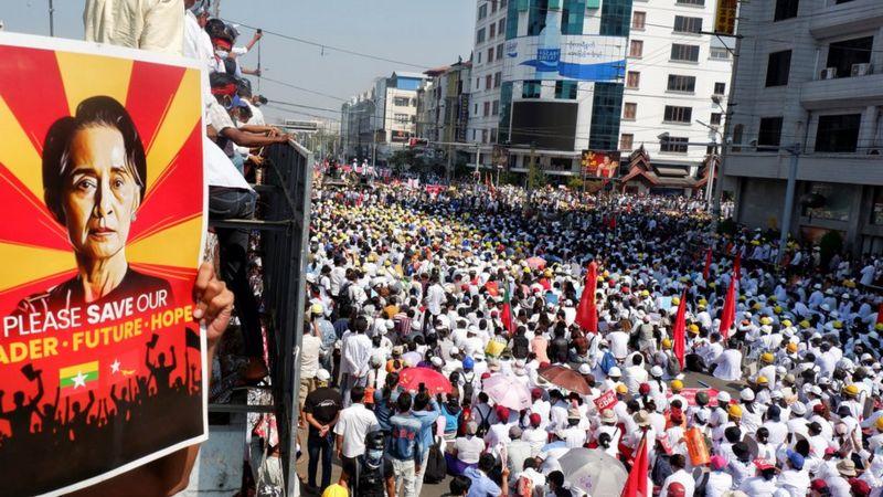 https: img.okezone.com content 2021 02 23 18 2366586 makna-di-balik-revolusi-22222-aksi-demonstrasi-terbesar-menentang-kudeta-militer-myanmar-1Sq3kR0kGe.jpg