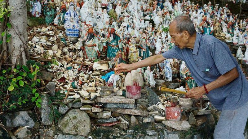 https: img.okezone.com content 2021 02 23 18 2366613 kisah-pria-tua-yang-merawat-ribuan-patung-dewa-dewi-terlantar-aTWLSI34Vq.jpg