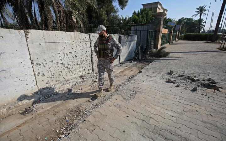 https: img.okezone.com content 2021 02 23 18 2366736 serangan-roket-ditembakkan-ke-kedutaan-as-di-irak-tidak-ada-korban-beberapa-kendaraan-rusak-TxiZFA7rIZ.jpg