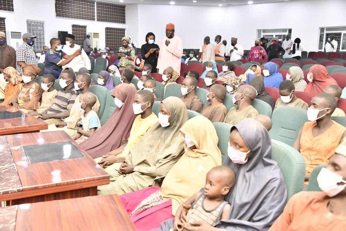https: img.okezone.com content 2021 02 23 18 2366872 53-korban-yang-diculik-dari-bus-di-nigeria-dibebaskan-T66SuL8ckh.jpg
