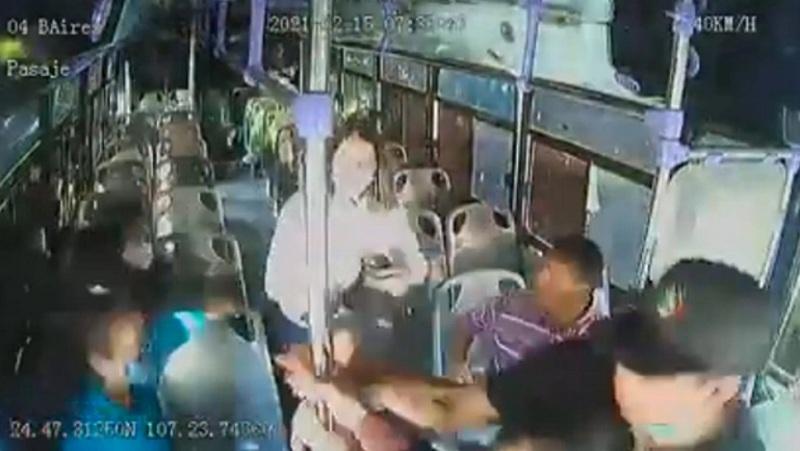 https: img.okezone.com content 2021 02 23 18 2367026 sadis-wanita-ditusuk-30-kali-dalam-bus-penumpang-tak-ada-yang-membantu-kM49rVdSXF.jpg