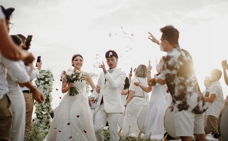 https: img.okezone.com content 2021 02 23 194 2366617 potret-pernikahan-reza-arap-dan-wendy-walters-AkiBQEnnV0.jpg