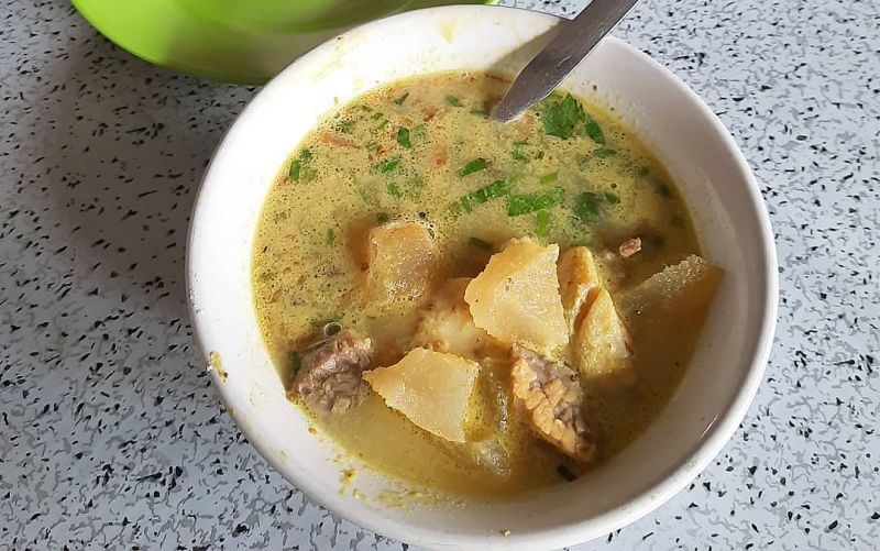 https: img.okezone.com content 2021 02 23 301 2366642 kuliner-bogor-sedapnya-soto-kuning-pak-yusup-paling-legendaris-MlcIdLs9Wn.jpg