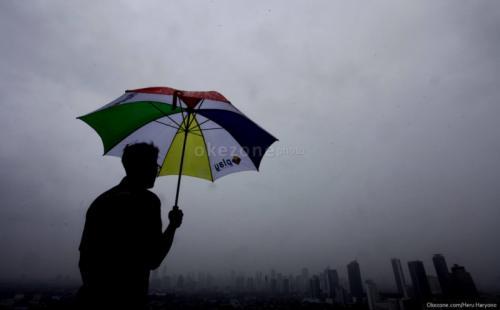 https: img.okezone.com content 2021 02 23 338 2366550 bmkg-prediksi-hujan-petir-guyur-jakarta-pada-siang-hari-TMfbRDsK56.jpg