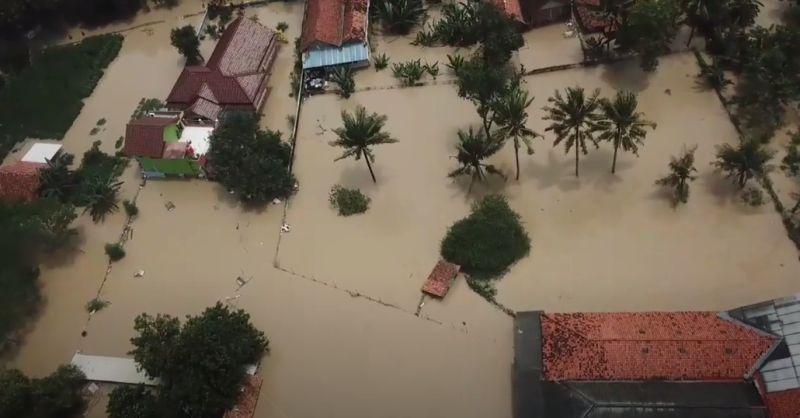 https: img.okezone.com content 2021 02 23 338 2366695 banjir-di-kabupaten-bekasi-akibat-luapan-sungai-citarum-mulai-surut-6XmFhza0B7.jpg