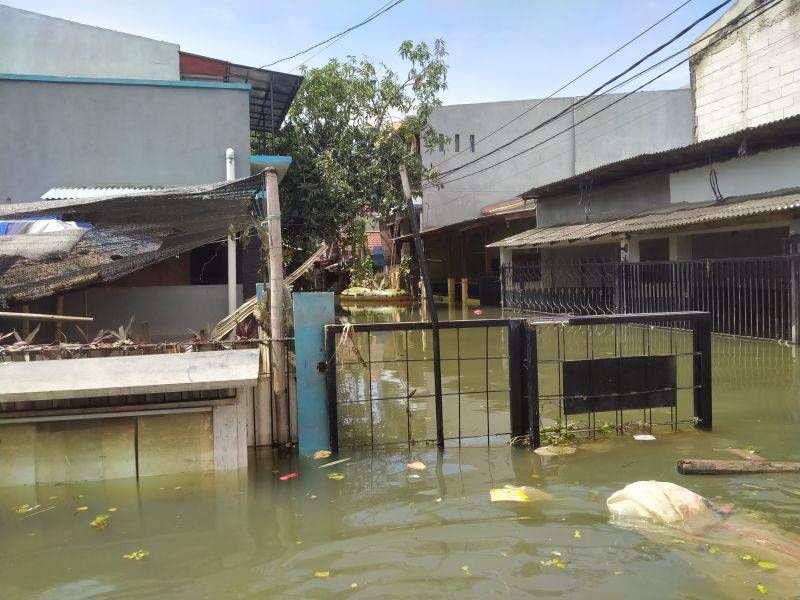 https: img.okezone.com content 2021 02 23 338 2366744 perumahan-total-persada-tangerang-masih-terendam-banjir-1-meter-gYyZNrqe6d.jpg