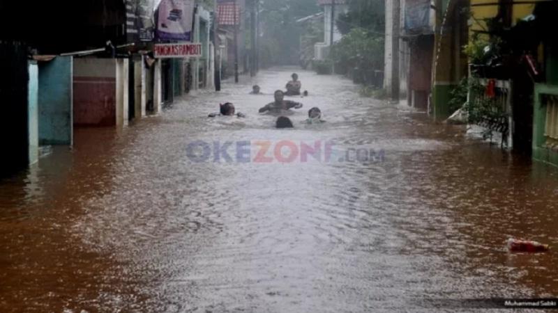 https: img.okezone.com content 2021 02 23 338 2366832 banjir-berlalu-tinggal-sampah-menggunung-penuhi-jakarta-5iu6pobtPm.jpg