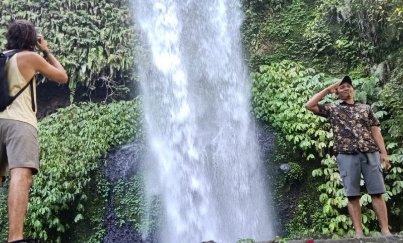 https: img.okezone.com content 2021 02 23 408 2367064 pesona-surga-wisata-alam-di-kaki-gunung-rinjani-2Y1rNMqEzA.jpg