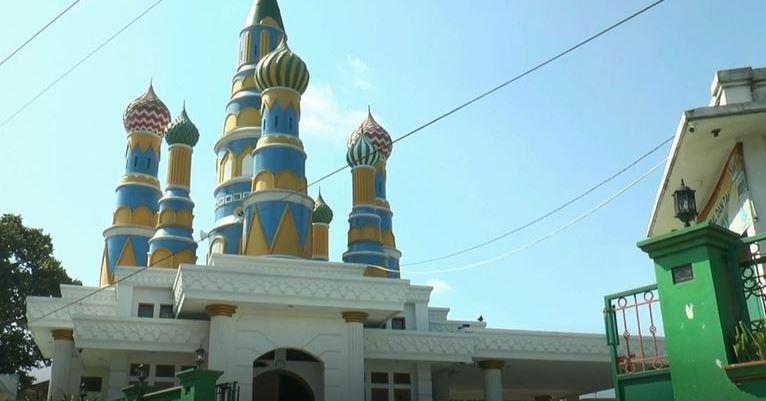 https: img.okezone.com content 2021 02 23 408 2367095 an-nurumi-masjid-unik-bergaya-kremlin-di-sleman-2o9lY2lM3n.JPG