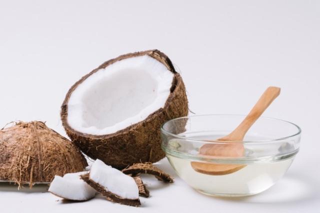 https: img.okezone.com content 2021 02 23 481 2366704 6-cara-gunakan-minyak-kelapa-untuk-tingkatkan-kecantikan-ITByBMhC1U.jpg