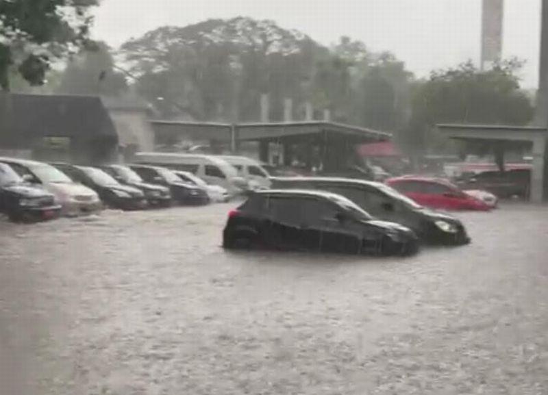 https: img.okezone.com content 2021 02 23 512 2367059 hujan-deras-kantor-gubernur-ganjar-pranowo-alami-banjir-du1BT15EyE.jpg