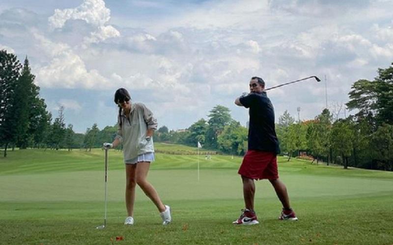 https: img.okezone.com content 2021 02 23 612 2366735 nia-ramadhani-main-golf-di-las-vegas-netizen-sultan-mah-bebas-bBMXxwJJew.jpg
