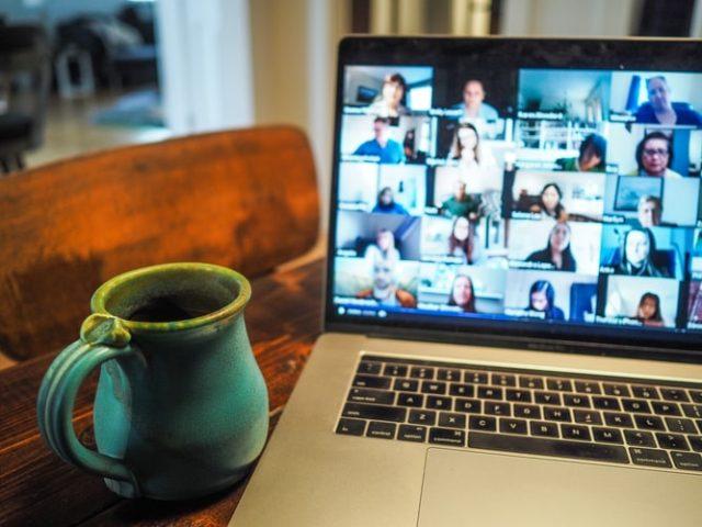 https: img.okezone.com content 2021 02 23 612 2367115 tips-supaya-nyaman-saat-melakukan-pertemuan-virtual-d3g5DkD6Tc.jpg
