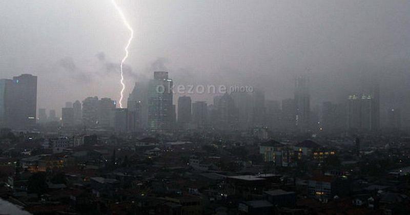https: img.okezone.com content 2021 02 24 338 2367340 peringatan-bmkg-waspada-potensi-hujan-disertai-petir-di-jakarta-lXeQE0tYNI.jpg