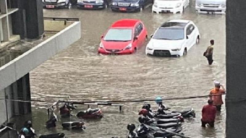 https: img.okezone.com content 2021 02 24 340 2367245 diguyur-hujan-deras-2-jam-kantor-pemprov-jateng-di-semarang-kebanjiran-PXlHwStIzp.jpg