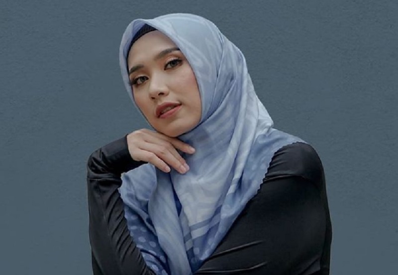 https: img.okezone.com content 2021 02 24 43 2367204 sama-sama-pakai-hijab-cantik-mana-sabina-altynbekova-atau-yolla-yuliana-0SprT8vsvh.jpg