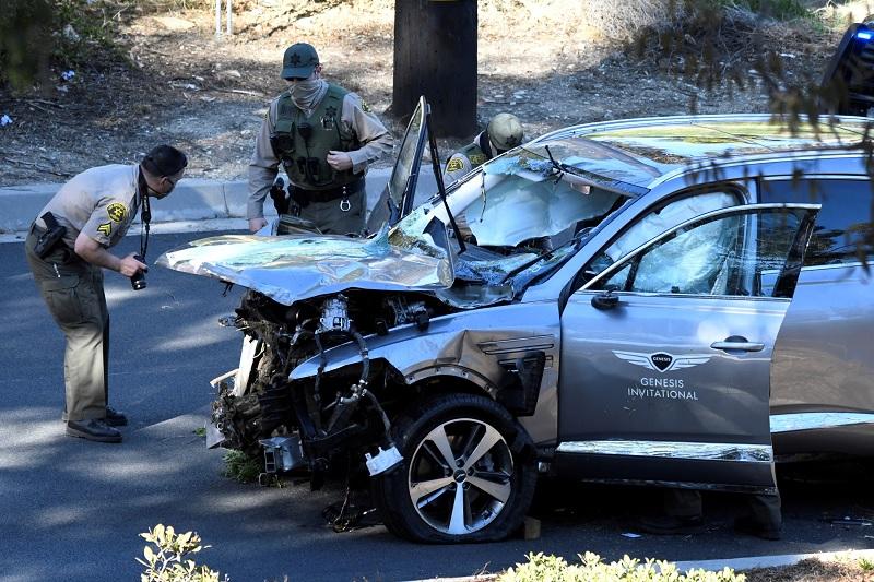https: img.okezone.com content 2021 02 24 43 2367347 rusak-parah-ini-foto-foto-mobil-tiger-woods-yang-alami-kecelakaan-dan-masuk-jurang-fOAgFWNtdM.jpg