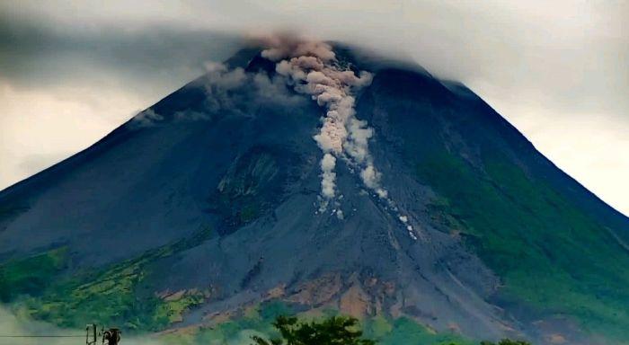 https: img.okezone.com content 2021 02 24 510 2367299 pagi-ini-gunung-merapi-semburkan-wedus-gembel-sejauh-800-meter-9FImMY6ys7.jpg