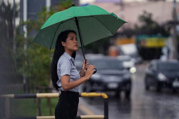 https: img.okezone.com content 2021 02 24 612 2367505 6-perlengkapan-yang-wajib-disiapkan-saat-beraktivitas-di-musim-hujan-GD8gfITwCN.jpg