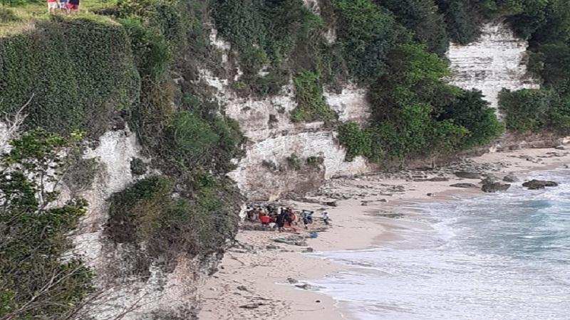 https: img.okezone.com content 2021 02 25 340 2368126 pospor-ditemukan-wanita-cantik-yang-tewas-di-pantai-bingin-bali-warga-amerika-serikat-aVrW0QEwHl.jpg