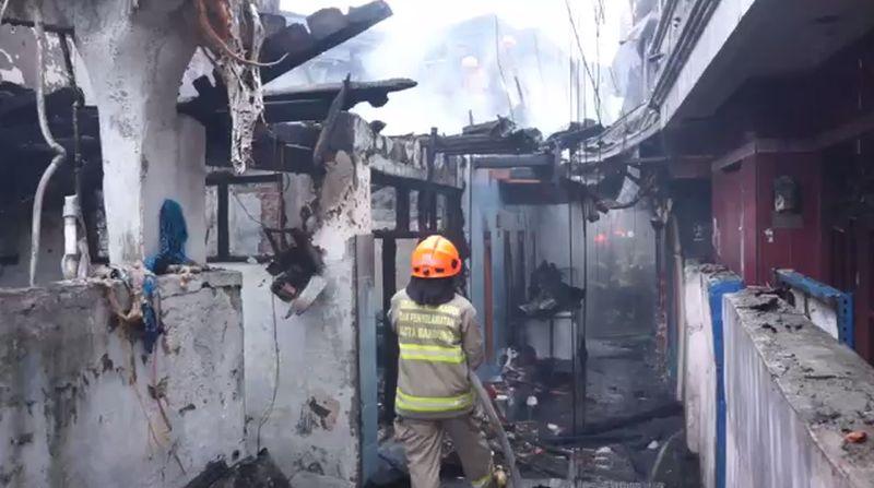 https: img.okezone.com content 2021 02 25 525 2368266 korsleting-listrik-9-rumah-di-bandung-ludes-terbakar-nbLrtKxtx5.jpg