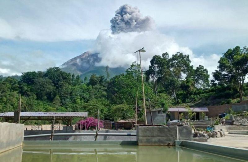 https: img.okezone.com content 2021 02 25 608 2368479 guguran-abu-gunung-sinabung-meluncur-1-500-meter-KRUy1afGbZ.jpg