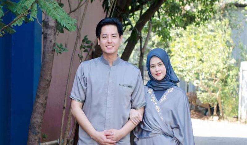 https: img.okezone.com content 2021 02 25 614 2368290 ibunda-dorong-roger-danuarta-belajar-mengaji-dan-sholat-hs7BY9ysjO.jpg