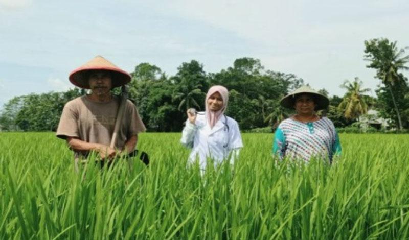 https: img.okezone.com content 2021 02 25 65 2368314 kisah-anak-petani-yang-berhasil-jadi-sarjana-kedokteran-Qeagl0Fggw.jpg