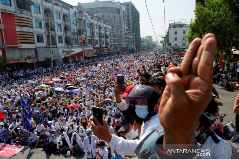 https: img.okezone.com content 2021 02 26 18 2369083 wartawan-jepang-yang-ditangkap-polisi-myanmar-akhirnya-bebas-begini-kondisinya-iyTKvS84q2.jpg