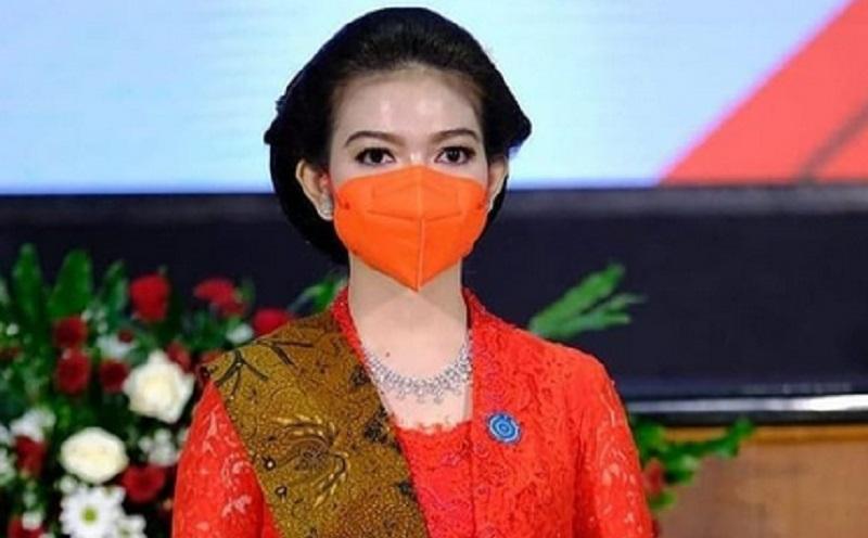 https: img.okezone.com content 2021 02 26 194 2368846 kahiyang-ayu-dan-selvi-ananda-kenakan-outfit-merah-di-pelantikan-apa-artinya-9Bnp713fPm.jpg