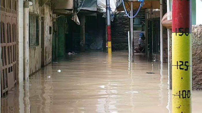 https: img.okezone.com content 2021 02 26 338 2368811 kali-ciliwung-meluap-warga-kebon-pala-kembali-banjir-capai-1-meter-MM3u2fd74f.jpg