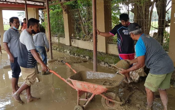 https: img.okezone.com content 2021 02 26 338 2368845 banjir-surut-warga-cikarang-timur-mulai-bersih-bersih-bXo7oPv2HB.jpg