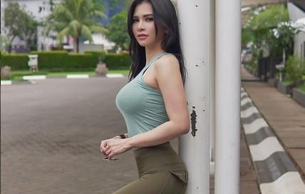 https: img.okezone.com content 2021 02 26 51 2369039 5-gaya-seksi-maria-vania-pakai-crop-top-nomor-1-gigit-kacamata-xYGyj12LdV.jpg