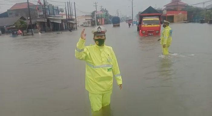 https: img.okezone.com content 2021 02 26 512 2368614 jalur-pantura-semarang-masih-jadi-lautan-banjir-DBRs5NjrgF.jpg
