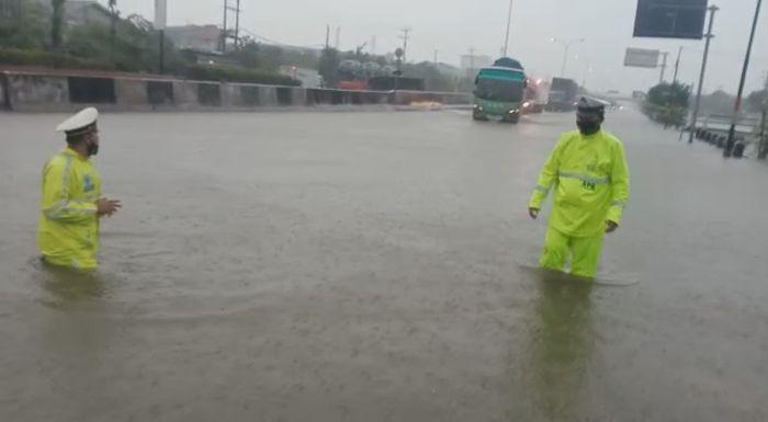 https: img.okezone.com content 2021 02 26 512 2368641 banjir-di-jalur-pantura-kaligawe-capai-1-meter-icfCweeLOk.jpg