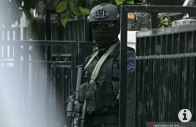 https: img.okezone.com content 2021 02 26 519 2369070 densus-88-gerebek-persembunyian-terduga-teroris-di-4-daerah-sejumlah-orang-ditangkap-Xh8xu00FRv.jpg
